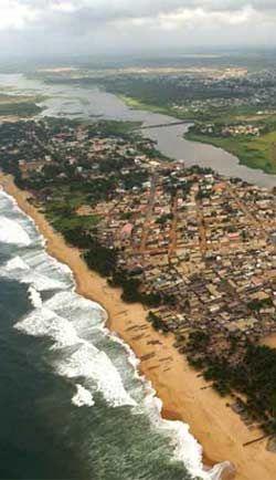 Costa de Marfil Grand-Bassam - Grand-Bassam es una ciudad de Costa de Marfil, situada al este de Abiyán. Fue la capital de la colonia francesa entre 1893 y 1896, cuando la administración se transfirió a Bingerville tras un brote de fiebre amarilla.