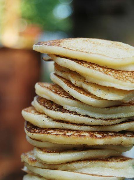 Prøv at lav dine pandekager over bål. Det er noget børnene elsker. Her får du opskrift på lækre pandekager der skal nydes udendørs :)