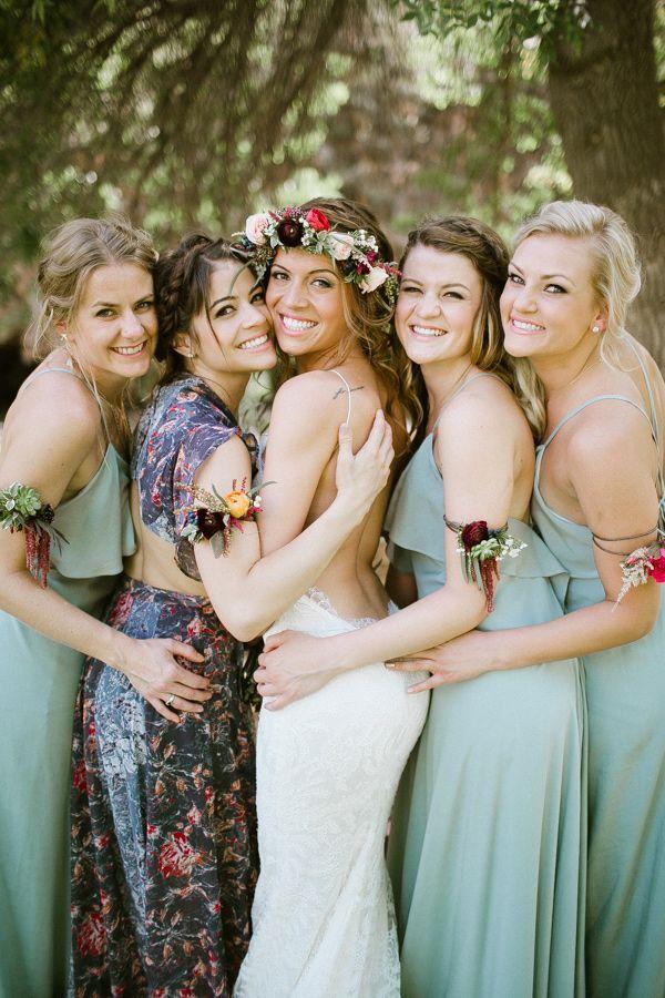 Proposez à vos amies et témoins de choisir des robes dans le même style.