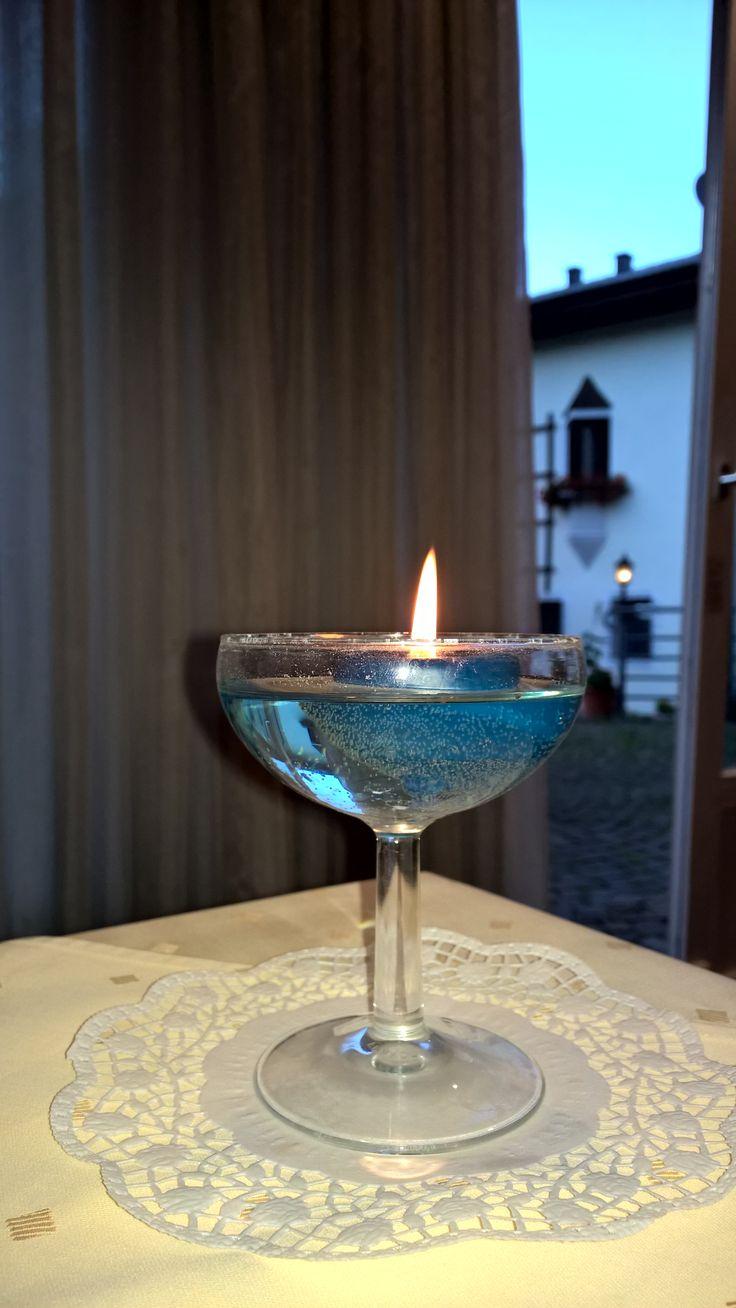 Candela galleggiante nel bicchiere da Champagne