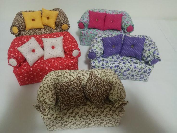 Confeccionado em tecido 100% algodão ,areia por dentro, acompanha 2 almofadinhas de fuxico e detalhe de botão no braço do sofá.  Pode decorar e alegrar o quarto das meninas!  Consulte cores disponíveis.