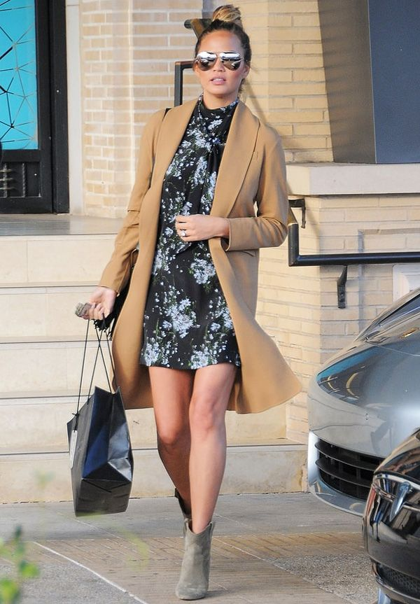 chrissy teigen vestido floral casaco