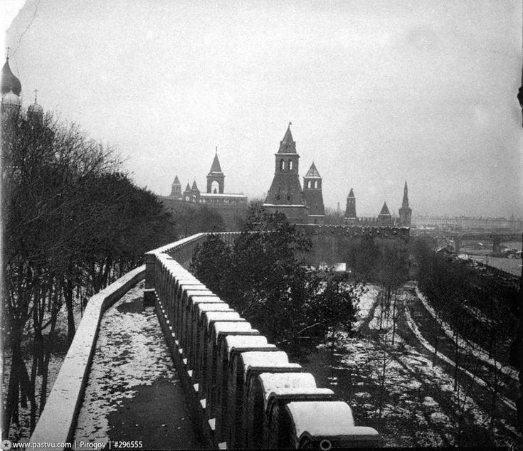 Кремлёвская стена, направление съемки - северо-восток, вдали виднеется Большой Москорецкий мост.