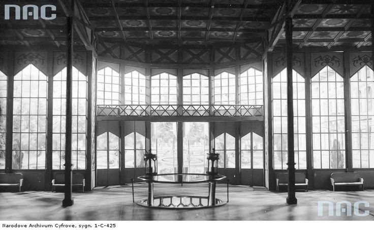 Puste wnętrze Pijalni Głównej. Zdobienia malarskie projektu malarza Romualda Reguły, stolarskie wykonane w pracowni Lorenca w Nowym Sączu.