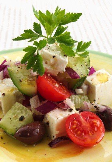 ensalada griega con queso feta: Salad Recipes, Greek Summer, Authentic Greek, Food, Healthy, Summer Salads, Greek Salad