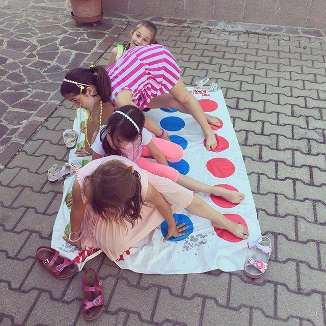 Altro che pc, tablet, cellulare.. qui andiamo avanti a #twister !!! - - - - - #instakids #instagood #instalike #instakidz #instamamma #instagram #kids #kidz #mammablogg #mammablogger #blogger #giocare #gioco #giochi #colors #love #bambini