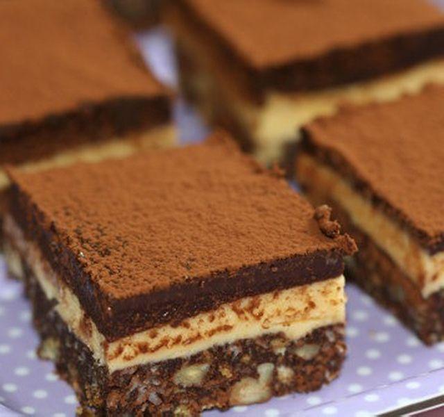 Ha nem akarsz a piskótával bajlódni, de szeretnél krémes finomságot készíteni, akkor érdemes ezt a receptet kipróbálnod. Csokis, krémes, nagyon gyorsan elkészül, csak bírd kivárni, amíg kihűl!