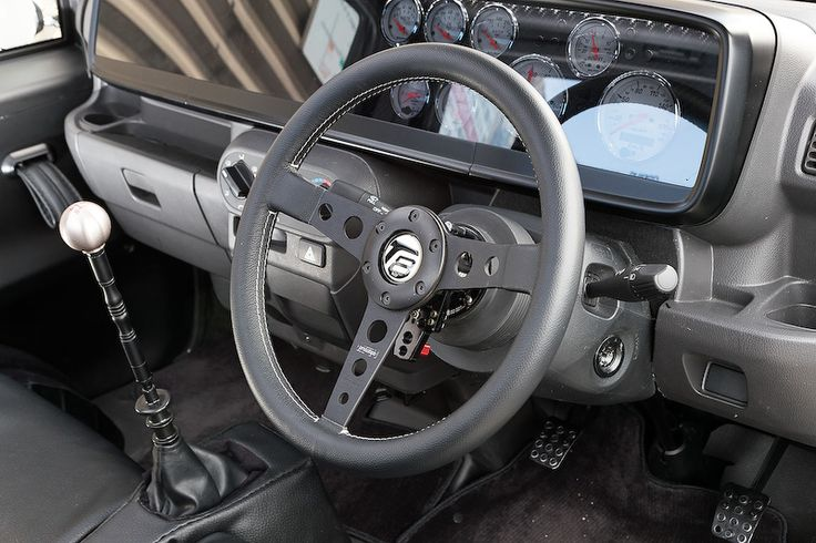T880のインテリア。ワンオフで作られたメーターまわりでは速度計、タコメーター、ブースト計、電圧計、油圧計、水温計などがきれいに収まる