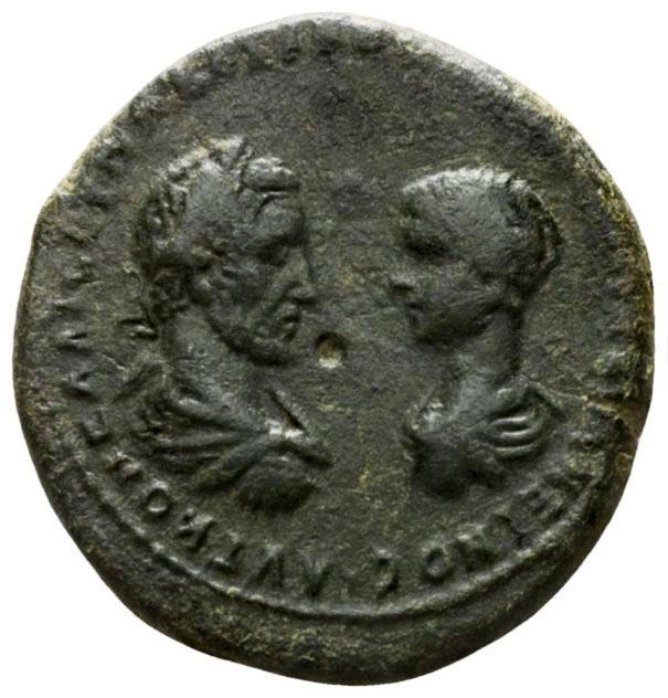 Romeinse rijk - AE Macrinus met Diadumenianus als Caesar. A.D 217-218.Marcianopolis in Moesia Inferior (1256 g / 27 mm).  Romeinse rijk - AE Macrinus met Diadumenianus als Caesar. A.D 217-218.Marcianopolis in Moesia Inferior (1256 g / 27 mm) goede kwaliteitObv: AYT K M OΠEΛ CEV MAKPEINOC K M OΠE ANTΩNINOC. Laureaat hoofd van Macrinus linker- en kale hoofd van juiste vis-à-vis van de Diadumenianus.Rev: VΠ ΠONTIANOV MAPKIANOΠOΛEITΩN. Artemis bevordering rechts holding van de boog en pijl te…