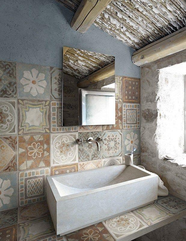#reforma #baño rústico en casa rural rehabilitada, lavabo sobre encimera de obra con baldosas hidráulicas.