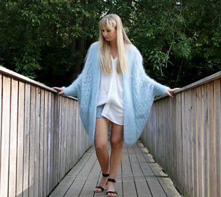 An elegant allrounder. This airy knit cardi with its sophisticated structure is just perfect for chilly summer nights.