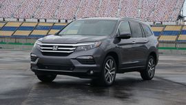 2017 Honda Pilot gains Apple CarPlay Android Auto loses fingerprints - Roadshow Roadshow News Auto Tech 2017 Honda Pilot gains Apple CarPlay Android Auto loses fingerprints Enlarge Image Hondas doing its part to end the scourge of smudges that occupy every touchscreen across the nation. We salute you. Antuan Goodwin/Roadshow Smartphone connectivity plays a big part in Roadshows review scoring. Thats why were always pleased to see a car add either Apple CarPlay or Android Auto. To the delight…