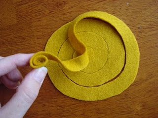 felt rose tutorial. going to learn how to do this.