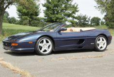 1997 Ferrari F355 Spider 6-Gang Dieser 1997er Ferrari F355 Spider ist in Swaters Blue über beigem Leder lackiert und wird von einem 3,5-Liter-V8 ...