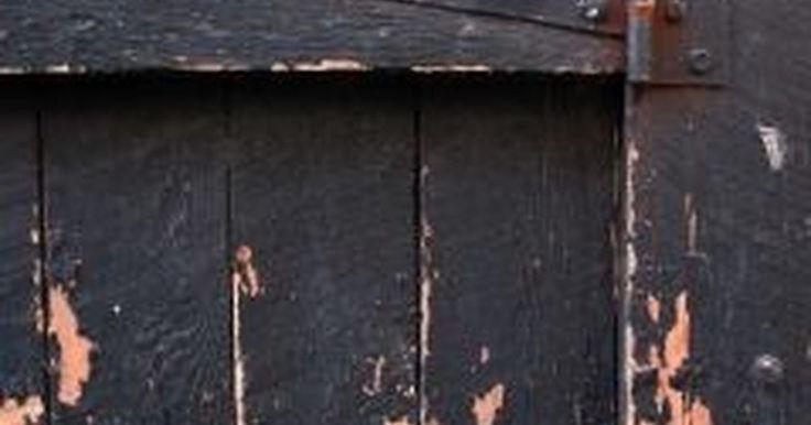 Cómo quitar pintura con una pistola de calor. Una de las maneras más fáciles para remover pintura de las superficies de madera es utilizando una pistola de calor. En lugar de complicar las cosas usando solventes químicos fuertes y líquidos cáusticos, dicho artefacto derrite la pintura de tus muebles viejos y artículos de madera con facilidad.