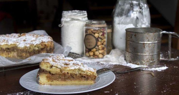 Εύκολη μηλόπιτα από τον Άκη. Νηστίσιμη και εύκολη συνταγή για τριφτή μηλόπιτα με τραγανή ζύμη και γέμιση με κομμάτια μήλου και ξηρούς καρπούς.