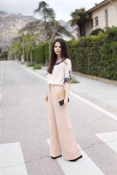 style dress dengan sepatu kets salmon