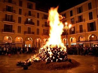 Fogueró de la Plaza Mayor de Palma de Mallorca por Sant Sebastià