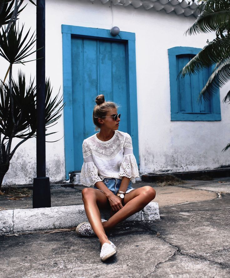 @debiflue is chilling on the street with her kapten in front of a blue door | kapten-son.com