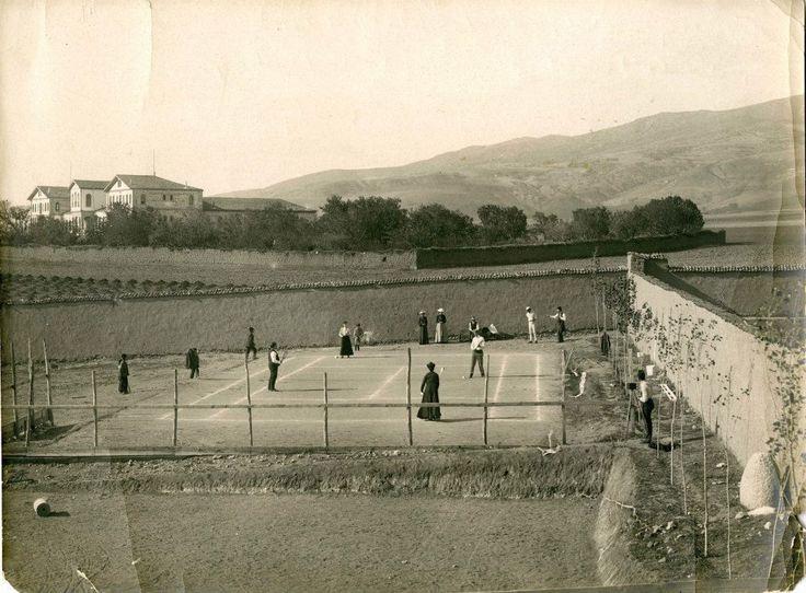 1911 kortta tenis oynayan merzifon amerikan koleji öğrencileri