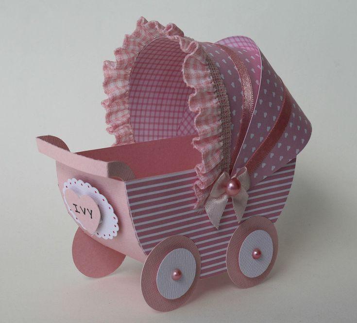 Imagine este lindo carrinho de bebê, cheio de doces ou balas enfeitando sua mesa do chá de bebê de sua filhinha. Vai ser só elogios dos convidados. <br>São feitos em papel de scrap e decorados com fitas, laços, pérolas e o nome da criança. <br>Faço no mínimo 10 peças e na cor que o seu coração escolher.