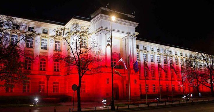 W Polsce obchodzimy Święto Niepodległości. Iluminacja Kancelarii Prezesa Rady Ministrów.