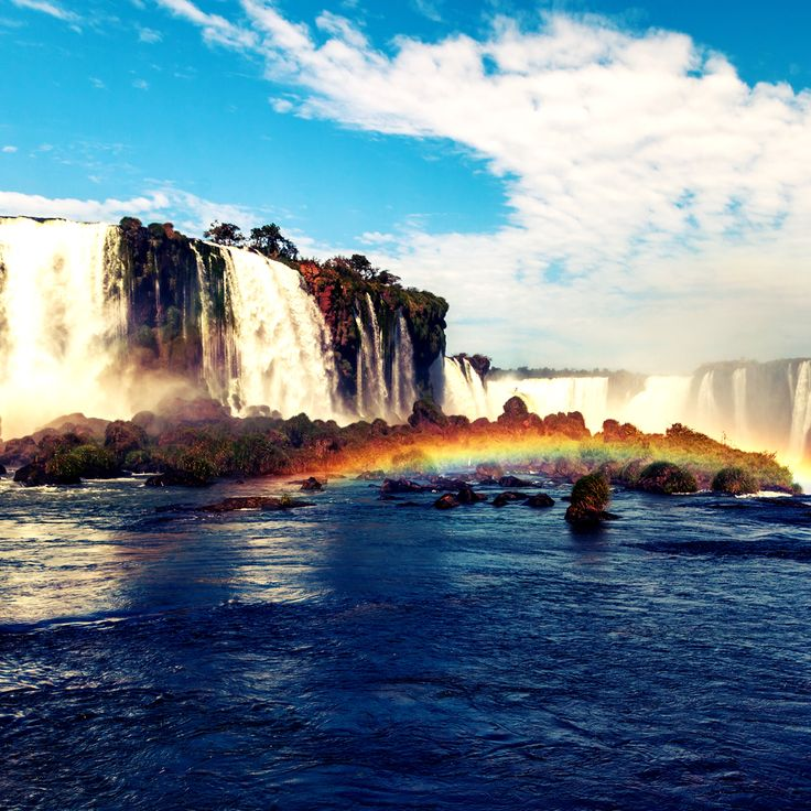 Las Cataratas del Iguazú, insertas en el medio del Parque Nacional Iguazú y…
