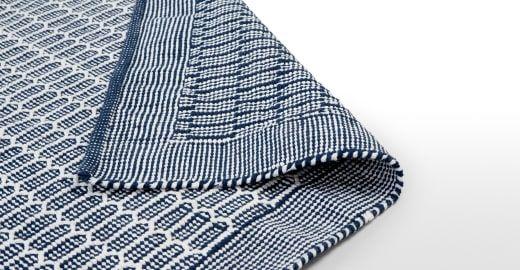 Arlo flachgewebter Teppich 240 x 170 cm, Blau und Weiß ► Design, das dein Zuhause schöner macht: Entdecke jetzt neue Wohnaccessoires bei MADE.