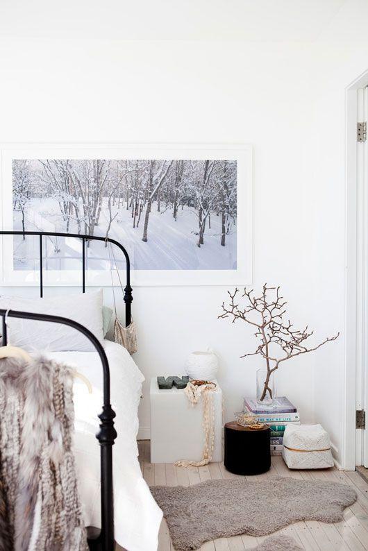 decoratualma: Precioso rincón de una habitación blanca y un cuadro que parece una ventana :) decoratualma