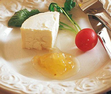 Päronmarmelad är ett smaskigt och gott marmeladrecept på päron, limejuice, fruktpektinpulver och socker. Denna goda marmelad tillagas på under 45 minuter och passar utmärkt till buffébordet.