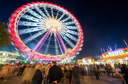 ...dass es DER Wasen und nicht DIE Wasen heißt und dass das größte portable Riesenrad jedes Jahr nach Stuttgart kommt - zum Frühlings- und zum Volksfest. Doch auch Konzerte und der Weltweihnachtszirkus locken jedes Jahr zahlreiche Besucher auf den Cannstatter Wasen. Foto: dpa