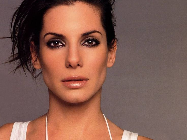 Sandra Bullock has ALWAYS been my favorite actress. When I first started reading the In Death series, I was convinced that Nora had Sandra Bullock in mind when she created Eve. Her coloring is right, her chin is perfect and she's got the body that I imagine Eve would have. She's my number ONE pick and she could TOTALLY nail Eve's personality on screen.