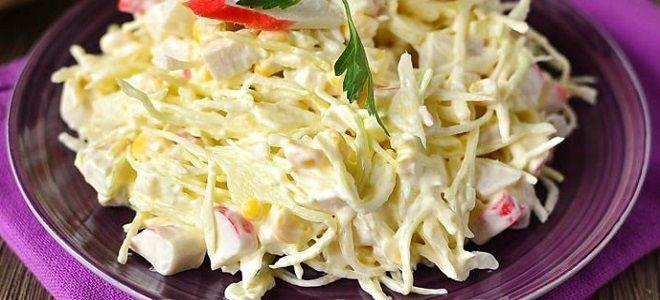 Крабовый салат с капустой. Ингредиенты: яйцо - 2 шт.; кочан - 1/2 шт.; крабовые палочки - 250 г; консервированная кукуруза - 200 г; майонез - 100 г; свежая петрушка - горсть. Приготовление Сваренные вкрутую яйца и палочки нарубите кубиками. Овощ нашинкуйте и разомните. Соедините все элементы, добавьте кукурузу и зелень. Заправьте майонезом и перемешайте.