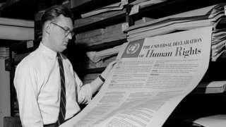 Homem contempla a Declaração Universal dos Direitos Humanos, um dos primeiros documentos publicados pela ONU