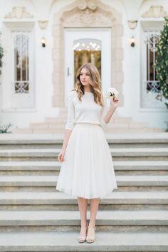 Conjunto de sweater y falda de tul de Jenny Yoo para una #boda civil en invierno.