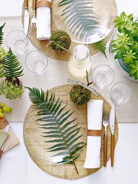 Palm leaf table setting with glass plates give a modern beach vibe. Perfect for … – Küche