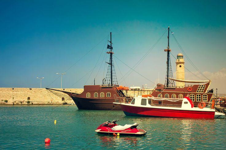 Старый порт и прогулочные по морю суда. (Греция, Ретимно)