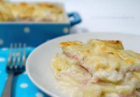 La parmigiana di patate è una delle ricette che preferisco per cucinare le patate. E' ottima, si prepara in pochissimo tempo e cuoce direttamente in forno!!