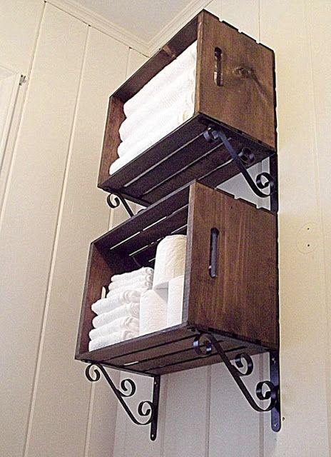 Étagères en caisse de bois, en hauteur dans la salle de bain pour éléments moins utiles