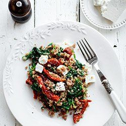 Stir-fry z kaszą gryczaną, szpinakiem i suszonymi pomidorami | Kwestia Smaku