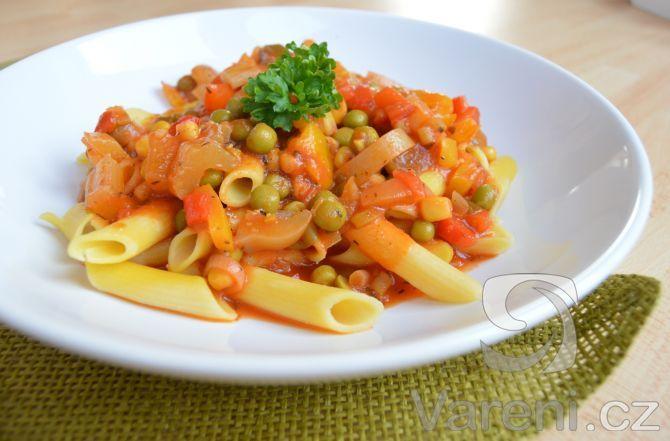 Nevíte, co na rychlý oběd? Těstoviny s rychlou rajčatovou omáčkou se zeleninou jsou jistotou. A přitom si pochutnáte. Zeleninu lze obměnit podle toho, co máte po ruce.
