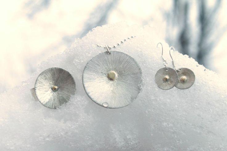 #arcticdesign  Set med Solen smycken.  Ring: 20mm Halsband: Solen berlock 31mm + 2mm kulkedja 45/50mm Örhängen:10mm #byelisabethjohansson