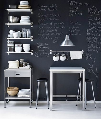 Un'idea fai-da-te: la pittura lavagna. Si trova nei rivenditori di vernici o nei centri di bricolage. Si applica sugli oggetti o sulle pareti