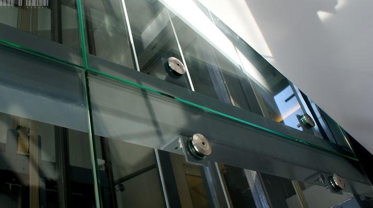 An example of modern architecture - a glass elevator shaft in one of Wroclaw's buildings | Przykład nowoczesnej architektury - szklany szyb windowy w jednym z wrocławskich budynków / Glass fittings: CDA Poland | Okucia do szkła: CDA Polska