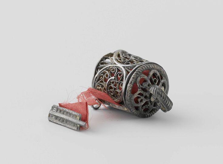 Anonymous   Koker voor een meetlint, Anonymous, c. 1725 - c. 1750   Koker van filigrein met daarin een maatlint. Op het deksel is een ring waarmee het maatlint opgerold kan worden. Het maatlint is gemaakt van rode zijde. De koker is niet gemerkt.