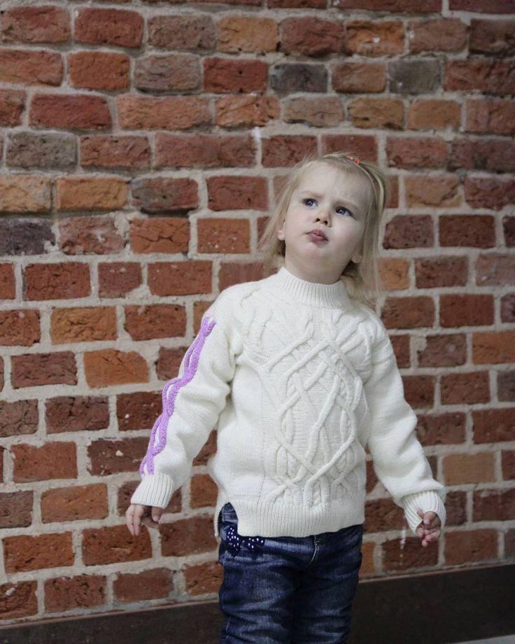 """Замысловатые араны от Ralph Lauren заняли главное место на этом свитере, в них нет ни одного раппорта, можно смотреть и разгадвать как лабиринт. В ширину в свитере поместился весь """"взрослый"""" аран, а вот в длинну пришлось внести некоторые изменения, чтобы поместить их в детском размере, ну а цветной аран на рукаве сочетается с отделкой юбочки.  #elenakhra_knit #свитер_с_аранами #детям #для_девочки #knitting #handmade #knitt #вязаный #свитер #араны #pullover #for_girl"""