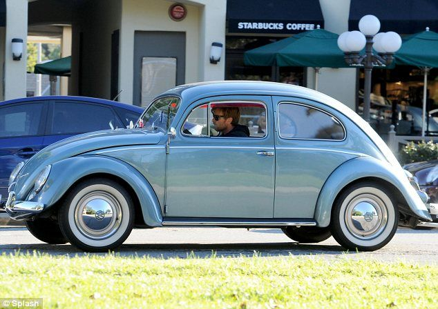 ewan mcgregor takes his classic vw beetle for a spin around los angeles perfect man vw. Black Bedroom Furniture Sets. Home Design Ideas