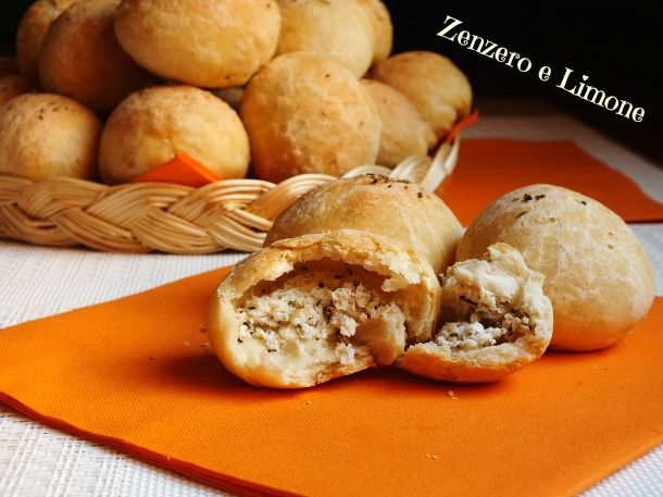 La ricetta di questi bocconcini di pane è davvero sfiziosissima. Si tratta di piccoli panini ripieni con una morbida crema di ricotta e erbe aromatiche.