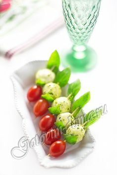 Рецепт: Канапе с мини-моцареллой и помидорами черри