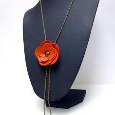 Sautoir fleur en cuir orange réglable en longueur